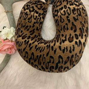 🌻 Leopard travel pillow!